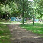 Un emplacement pour toile de tente à l'ombre des acacias